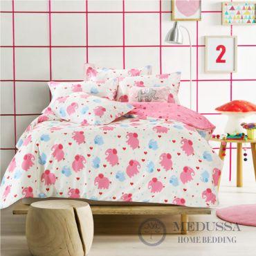 这套床品四件套是采用高档床品中最受欢迎的百分之百全棉(精梳棉)的缎纹布料,全棉缎纹布所给与的特性就是像丝绸般柔软的触感和色泽,因此能给您的孩子更温柔舒适的体贴。
